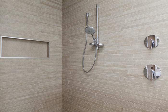 Installer-colonne-douche-encastrée